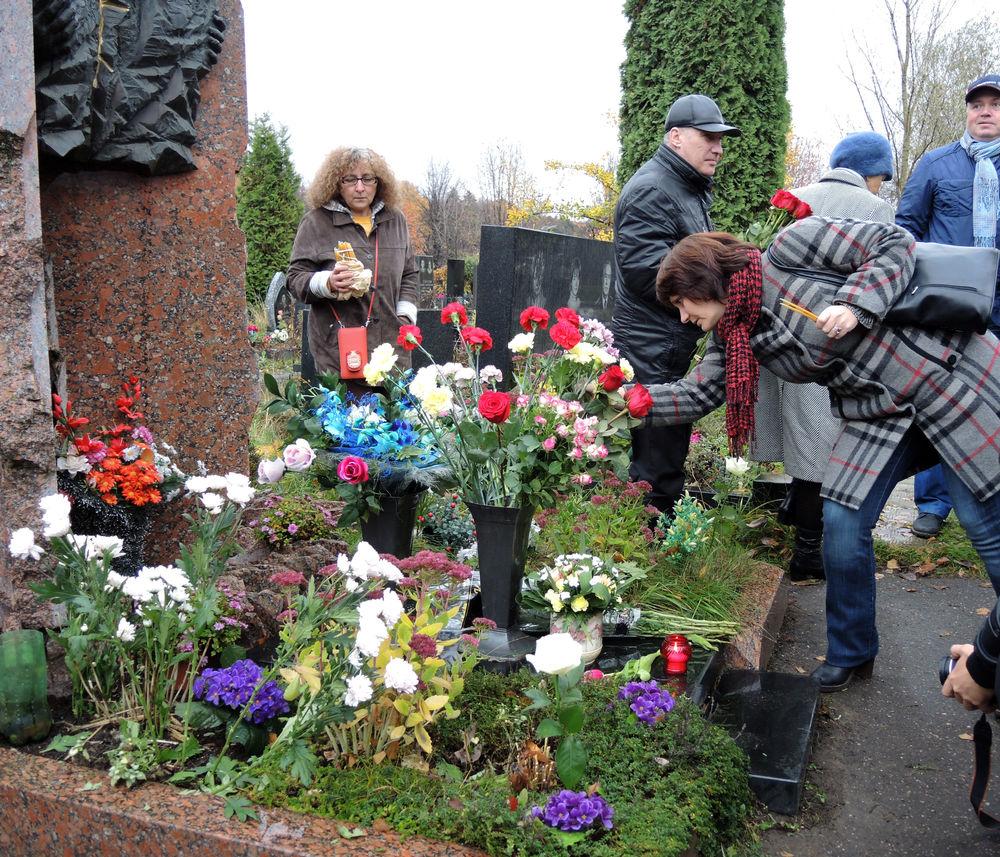 20 лет назад погиб Дмитрий Холодов. Его память почтили на Троекуровском кладбище