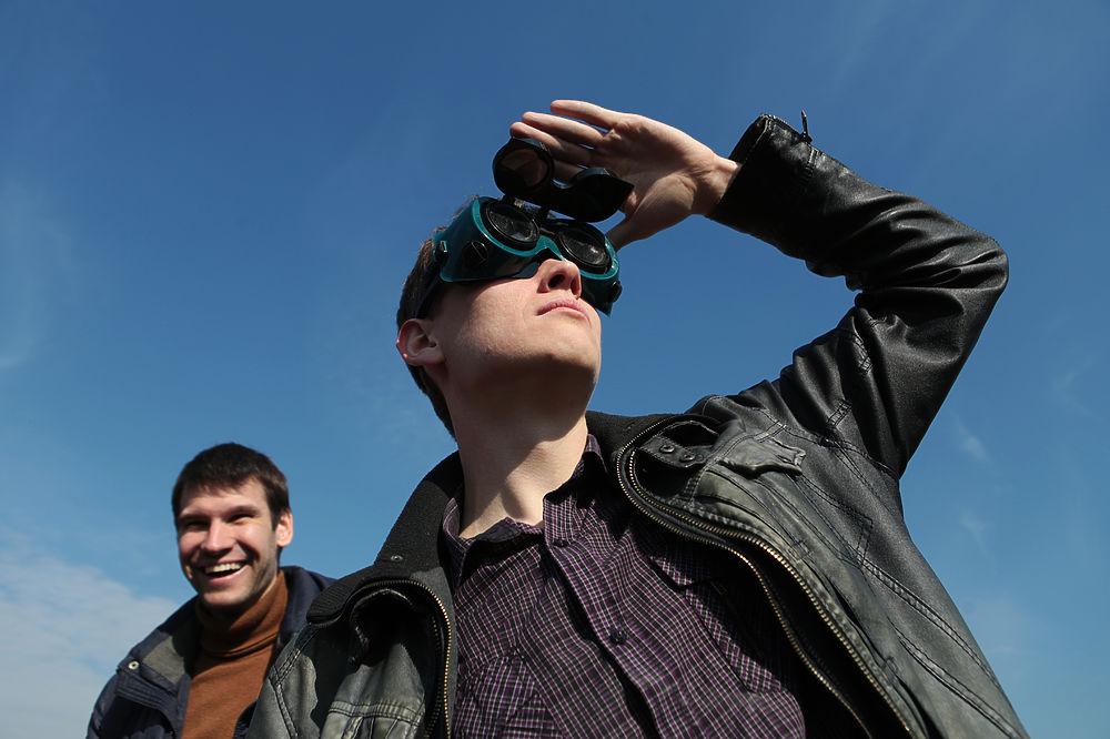 Москвичи наблюдают за солнечным затмением