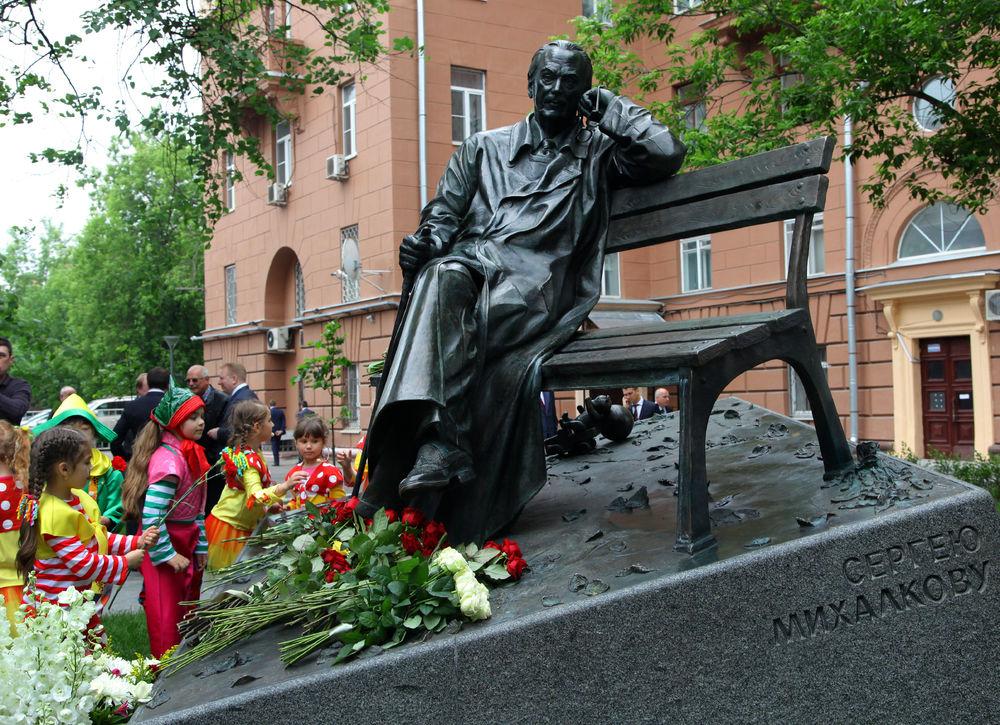 Путин открыл памятник поэту Сергею Михалкову на Поварской улице Москвы