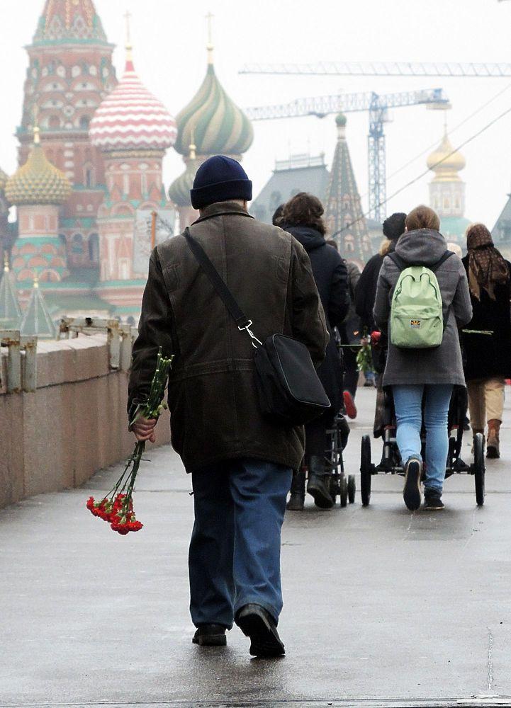 Москвичи возлагают цветы на месте гибели Бориса Немцова