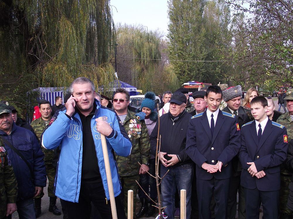 Аксенов заложил Аллею Славы в честь героев Новороссии